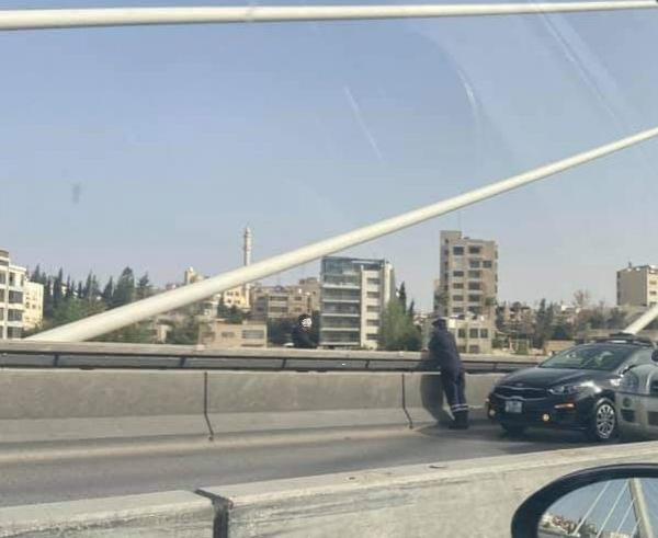 الأمن يُثني شاب عشريني عن الانتحار من أعلى جسر عبدون ..  صورة