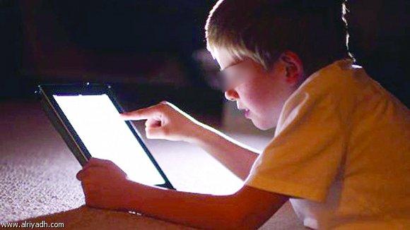 ابني يشاهد الافلام الاباحية و اخشى عليه من ابن اخي  ماذا افعل ؟