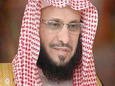 مرافق الشيخ القرني يعتدي بالضرب على صحفي ويطرحه ارضا اثناء ندوة للداعية السعودي