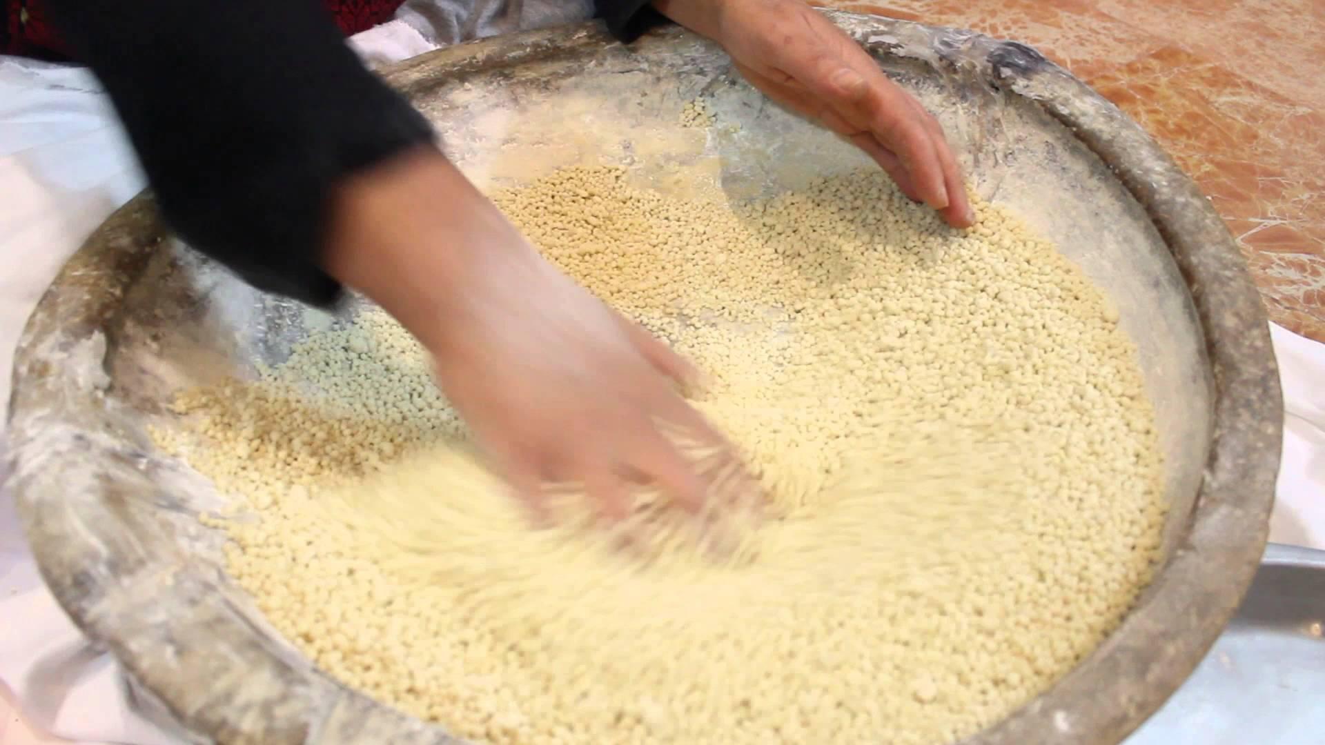"""بالفيديو:شاهد طريقة اعداد احدى الأكلات الفلسطينية """"المفتول"""""""