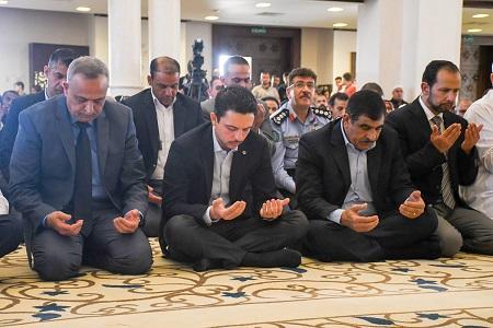 ولي العهد يصلي بمسجد الحسين