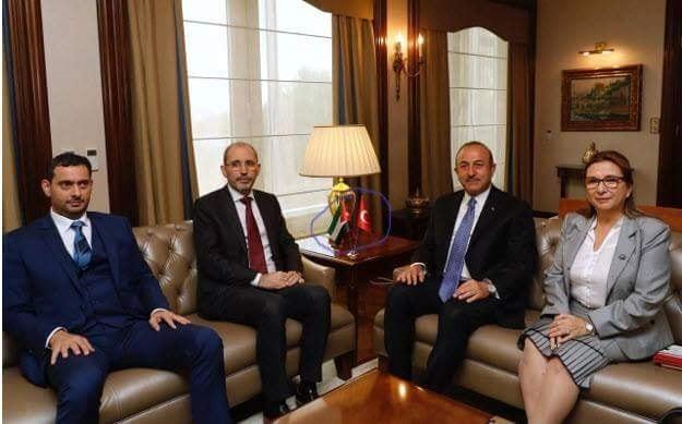 العلم الاردني مقلوب أمام وزيرين بحكومة الرزاز في تركيا يثير حالة من الغضب والجدل  ..  صورة
