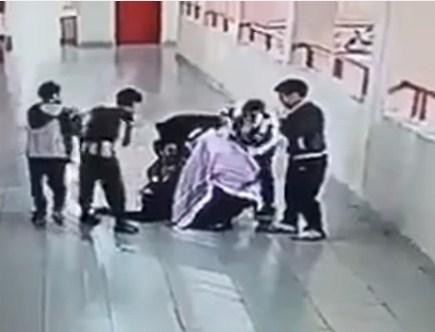 فيديو يحبس الانفاس  ..  معلم ينقذ طالبا من الموت بعد ان اختنق بعملة معدنية
