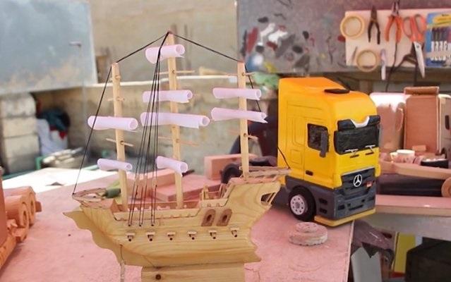 شاب أردني يسخّر مخلفات المناجر لصنع تحف فنية