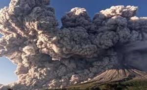 بالفيديو  ..  ثوران بركان سينابونج في إندونيسيا