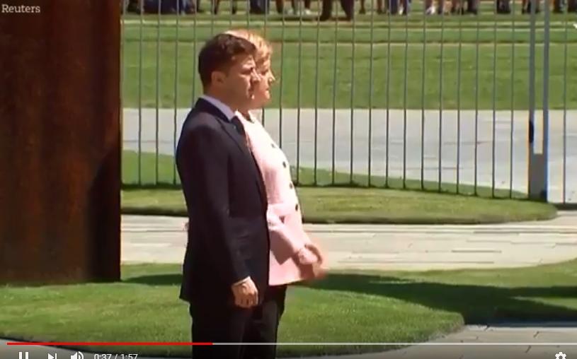بالفيديو  ..  ميركل ترتجف بشكل غريب أُثناء استقبال رئيس أوكرانيا