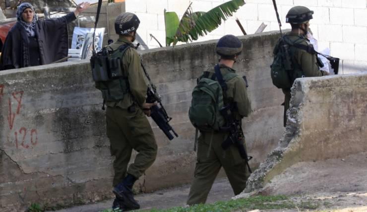 بيت لحم: الاحتلال يداهم عدة منازل ويسلم مواطنا بلاغا لمراجعة مخابراته