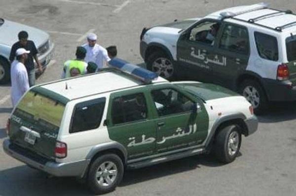 شرطة دبي تنقذ رضيعتين محتجزتين داخل مركبة والدتيهما