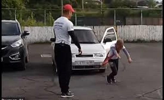 بالفيديو : عضلات الطفولة يجسدها صبي عمره 11 سنة بجر سيارة