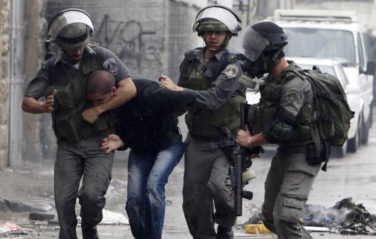 الخليل: اعتقال 7 مواطنين بينهم أب وأولاده الأربعة