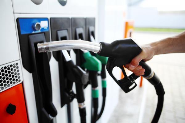 خبير: انخفاض مستمر في أسعار النفط  ..  وعلى الحكومة تخفيض البنزين