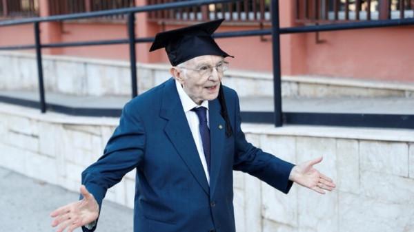 بعمر 96 عاما ..  تخرج الطالب الأكبر سنا في إيطاليا