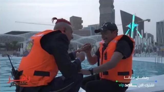 بالفيديو :رامز جلال يضرب محمد هنيدي في لعبة البينت بول في رامز عقله طار