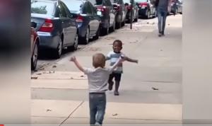 بالفيديو ..  طفلان يلقنان البشرية درسا في المحبة