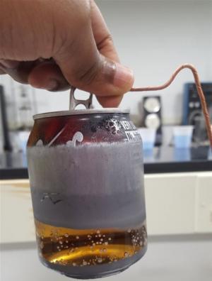 فيديو صادم  ..   لمادة خفية داخل علب المشروبات الغازية