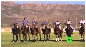 """بالفيديو :  """"سقطة"""" الأمير هاري من ظهر حصانه"""