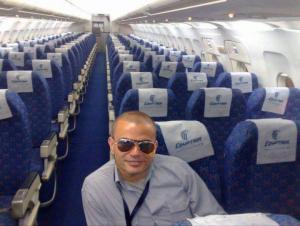 صورة عمرو دياب في الطائرة تثير سخرية رواد الفيسبوك