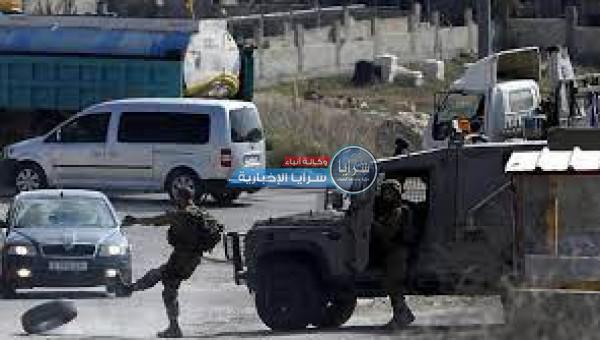 الاحتلال يعتقل شابًا ويفتش عدة منازل في الخليل