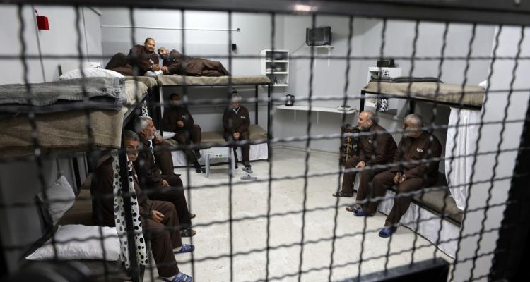 16 أسيرًا يواصلون إضرابهم المفتوح عن الطعام رفضًا لاعتقالهم الإداري