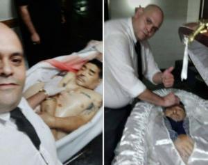 """شاهدوا بالفيديو  ..  كيف انتقمت الجماهير العاشقة من """"مغسل الموتى"""" الذي التقط صورة سيلفي مع جثة الراحل مارادونا"""