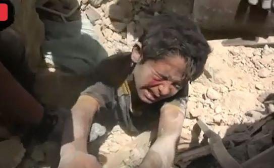 """بالفيديو  ..  انتشال طفل سوري من تحت الانقاض وهو يصرخ : """"عطشان جيبولي ميه"""""""