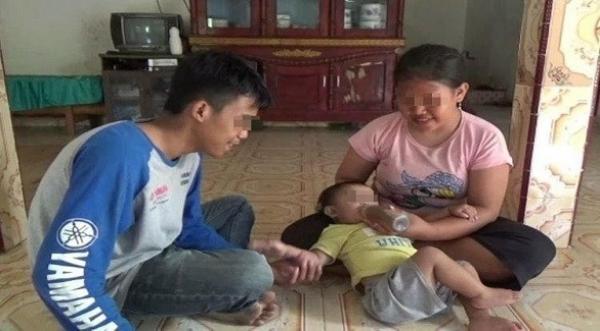 إندونيسيا  ..  طفلة تعيش على القهوة منذ طفولتها بسبب فقر والديها