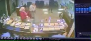 فيديو مرعب لسطو مسلح على محل مجوهرات في مصر