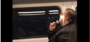 رجلٌ يثير الجدل في القطار ..  يحلق ذقنه بدون مرآة!