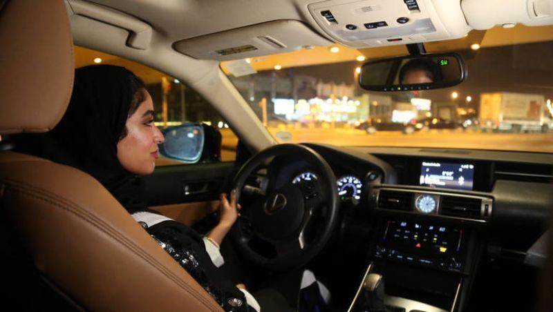 مدارس تعليم قيادة السيارة الخاصة بالرجال تفتح أبوابها أمام النساء