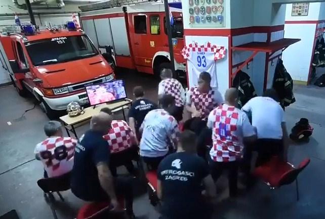 بالفيديو  ..  كيف كانت ردة فعل افراد الدفاع المدني الكرواتي عند قرع الجرس خلال مشاهدة مباراة منتخبهم