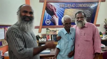 هندي يعود لعائلته بعد اختفائه 45 عاماً بحادث طائرة