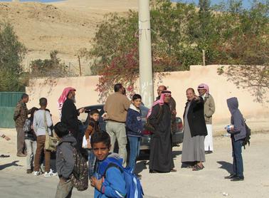 بالصور .. طلبة مدرسة الجوفة يمتنعون عن الدوام
