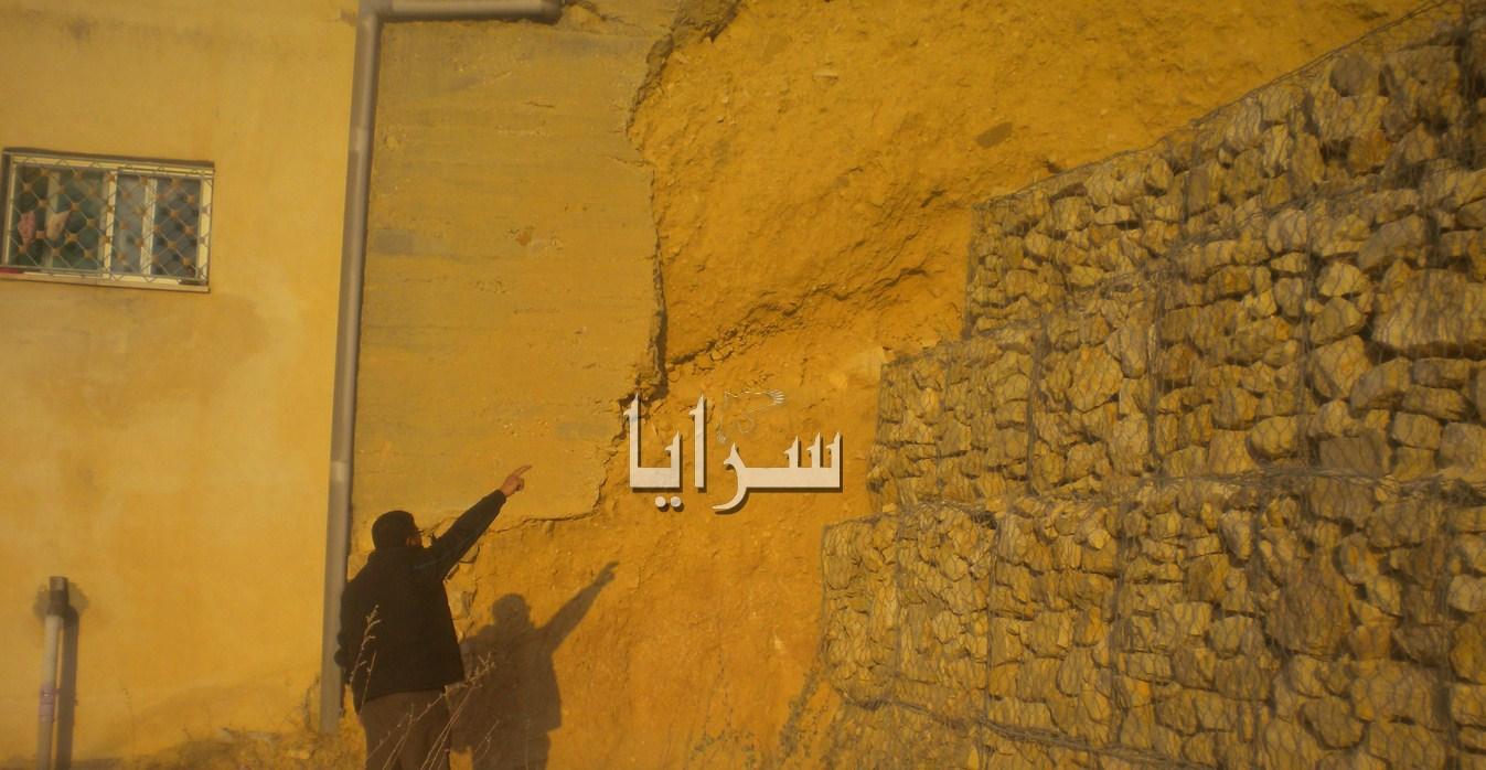 بالصور  ..  مواطن بطبية البترا يطالب الاشغال معالجة انهيارات جدار مجاور لمنزله