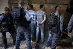 """الفدس : اعتقال 5 مقدسيين بعد مداهمة منازلهم """" اسماء """""""