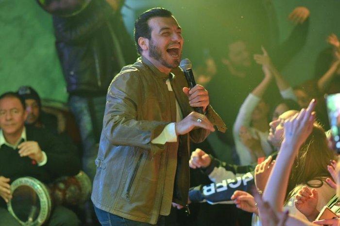 بعد أيام من وفاة والده ..  إيهاب توفيق يغني في ملهى ليلي (صور)