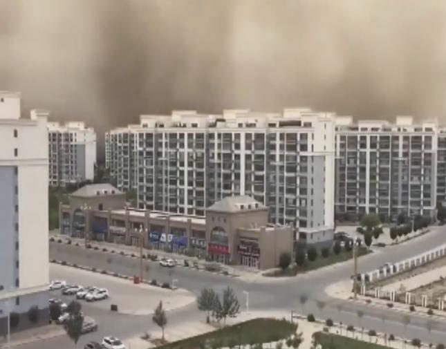 بعد الفيضانات المدمرة ..  شاهد: عاصفة رملية هائلة تضرب مناطق سكنية في الصين