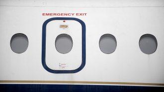 مخمور يخلع باب طائرة قبل لحظات من إقلاعها (فيديو)