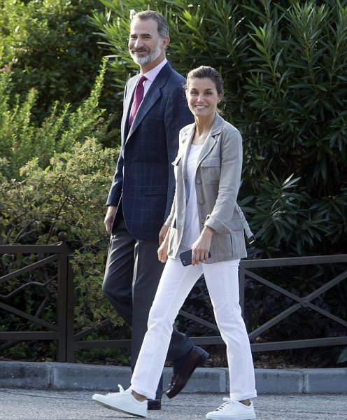 بالصور ..  الملك فيليب والملكة ليتيزيا يصطحبان طفلتيهما إلى المدرسة
