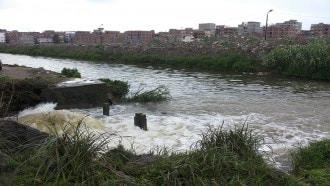 مصر ..  غرق 5 أشخاص إثر سقوط مركبتهم في قناة مائية بالإسكندرية  .. صور