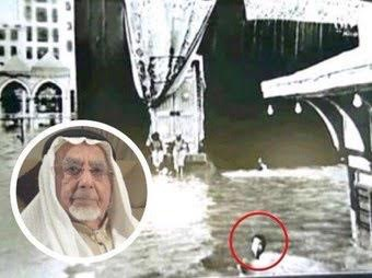 """بالصور ..  قصة المعتمر الذي طاف حول الكعبة """"سباحة"""" اثناء غرق مكة المكرمة بالامطار قبل (77) عاماً"""