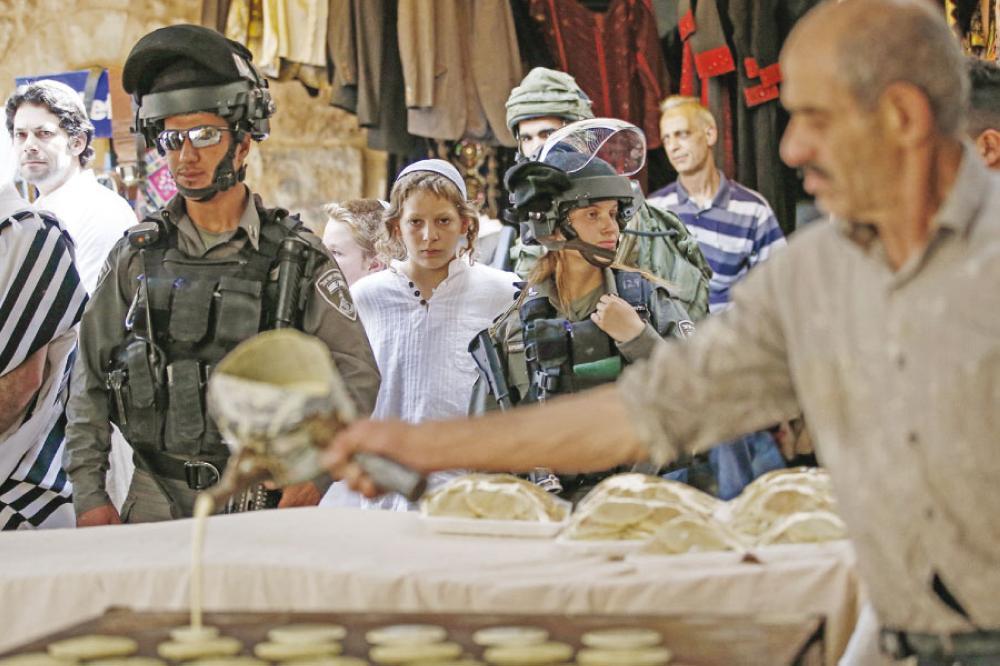 الخليل ..  مستوطنون يعكرون صفو رمضان