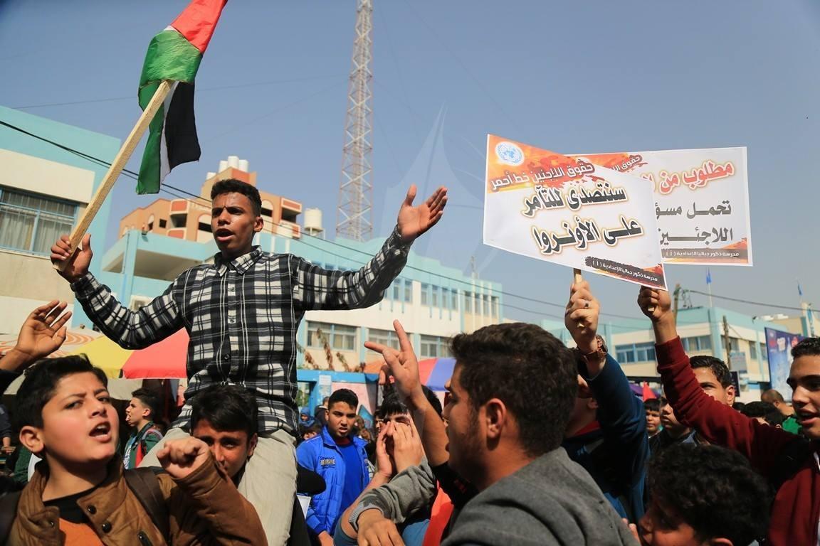وقفة لطلاب المدارس بمخيم الأمعري احتجاجا على قطع تمويل الأونروا