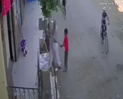 بالفيديو  .. شخص يعتدى بوحشية على طفل بسبب عراكه مع ابنه الصغير في الشارع