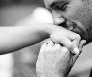 تفسير رؤية تقبيل اليد في المنام