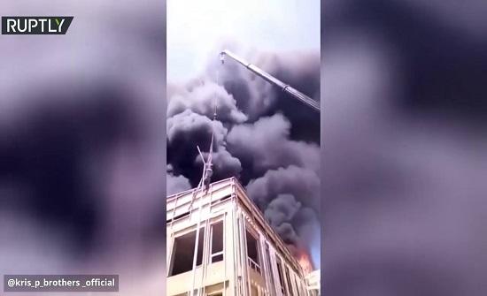 بالفيديو ..  حاصره الحريق فهرب منه بطريقة هوليودية