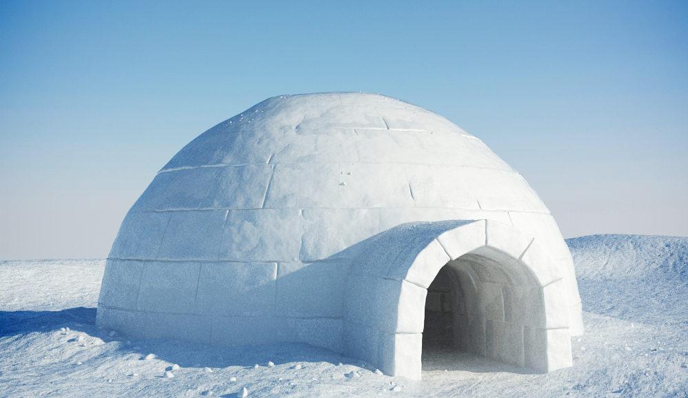 """بالفيديو ..  كوخ الإسكيمو - لماذا يكون دافئًا إذا كان أصلا"""" مبنيًا من الثلج؟!"""