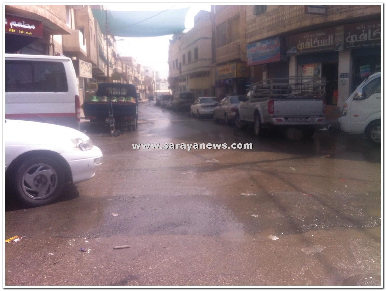 بالصور  ..  شوارع منطقة الغويرية تغرق بالمياه العادمة  .. والجهات المعنية غائبة