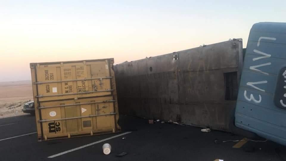 3 إصابات بحادث تصادم على الطريق الصحراوي .. صور
