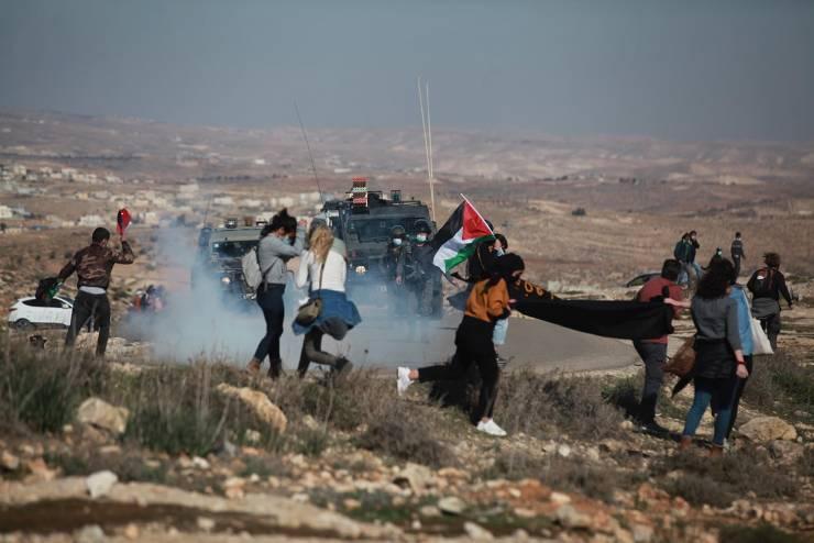 إصابة سيدة بقنبلة غاز والعشرات بالاختناق واعتقال مسن خلال قمع الاحتلال مسيرة بمسافر يطا