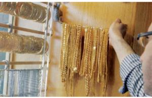 الذهب يتراجع نصف دينار بفعل قوة الدولار